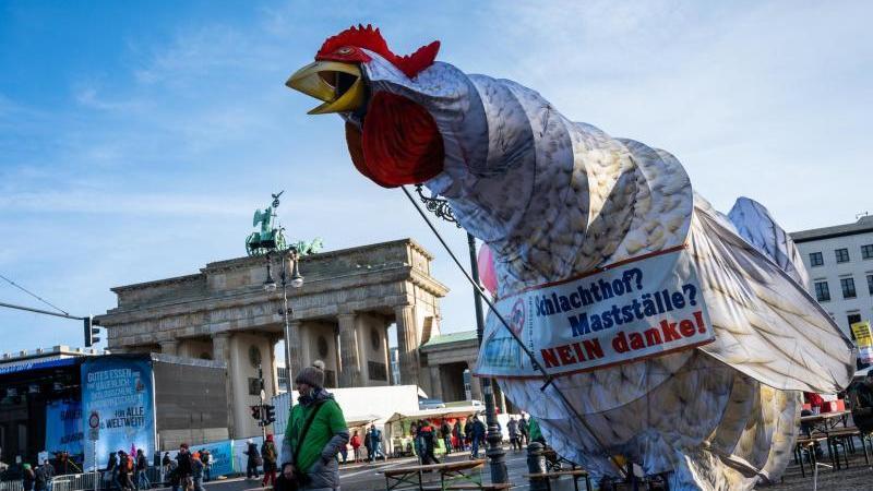 Eine übergroße Hühnerfigur steht vor dem Brandenburger Tor. Foto: Christophe Gateau/dpa