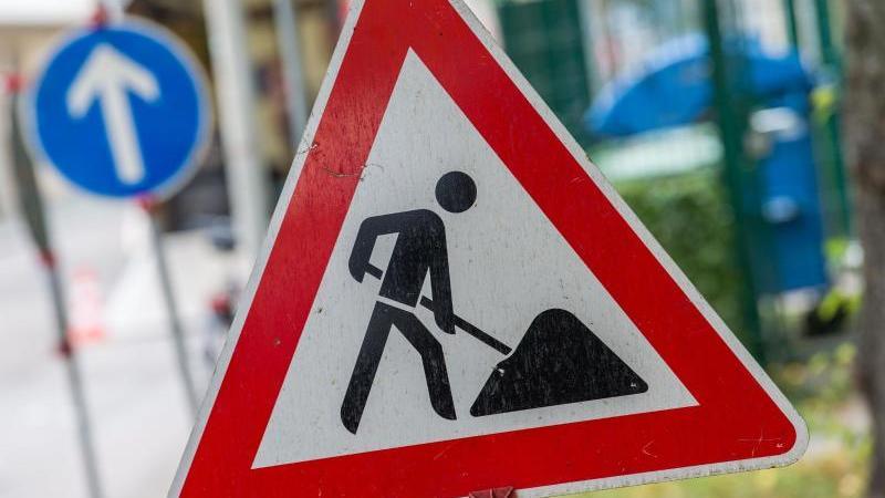 Ein Straßenschild weist auf eine Baustelle hin. Foto: Lino Mirgeler/dpa/Archivbild