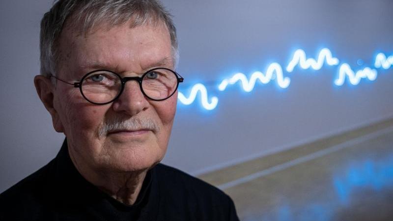"""Der Künstler Jan van Munster vor seiner Lichtinstallation""""Brainwave, 2017"""" im Kunstmuseum in Celle. Foto: Peter Steffen/dpa"""