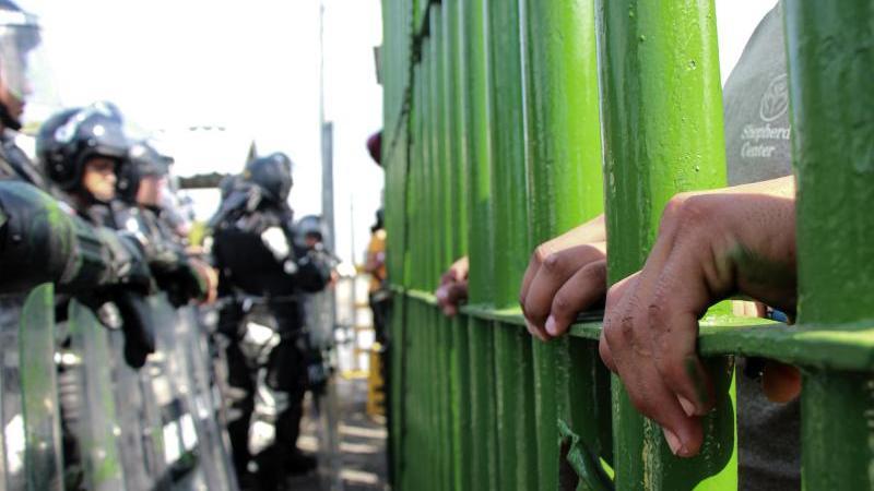 Mittelamerikanische Migranten versuchen, die Grenze zwischen Mexiko und Guatemala illegal zu überqueren. Foto: Cortesía/NOTIMEX/dpa