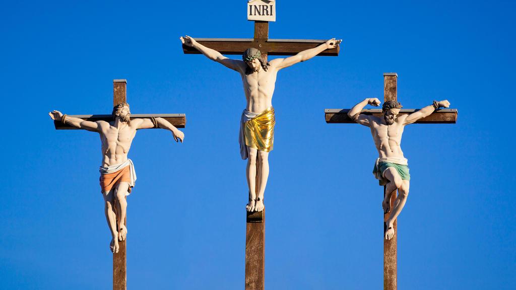 Jesus wird ans Kreuz genagelt