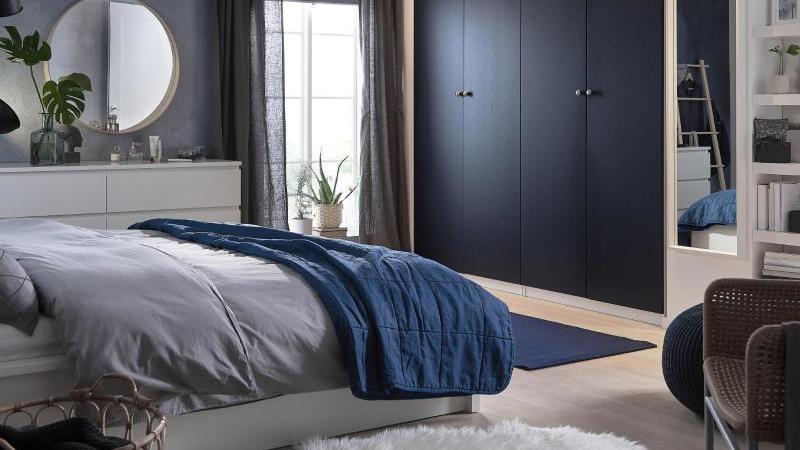 Auch blaue Accessoires sind beliebt - hier ein Wohnbeispiel von Ikea. Foto: Inter IKEA Systems B.V. 2020/dpa-tmn