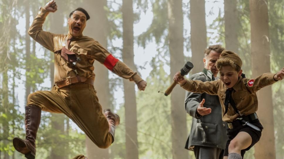 "Hitler (Taika Waititi) und Jojo Betzler (Roman Griffin Davis) im Film ""Jojo Rabbit""."