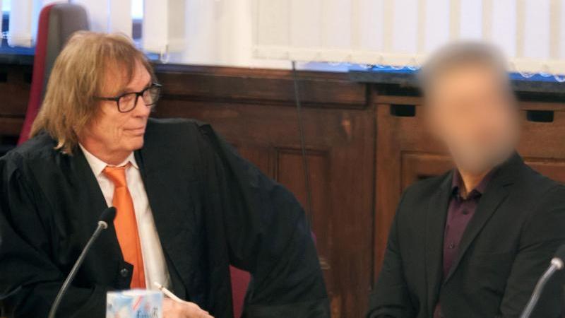 Der 51-jährige Deutsch-Afghane sitzt im Saal des Oberlandesgerichts Koblenz neben seinem Anwalt Ulrich Sommer (l). Foto: Thomas Frey/dpa