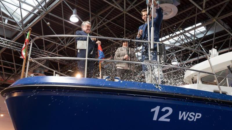 Elke Bartels (M), Herbert Reul (CDU, l) und Alexander Siemer (r) taufen das neue Polizeiboot. Foto: Federico Gambarini/dpa