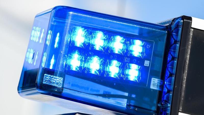 Ein Blaulicht auf dem Dach eines Einsatzfahrzeugs. Foto: Christophe Gateau/dpa/Archivbild
