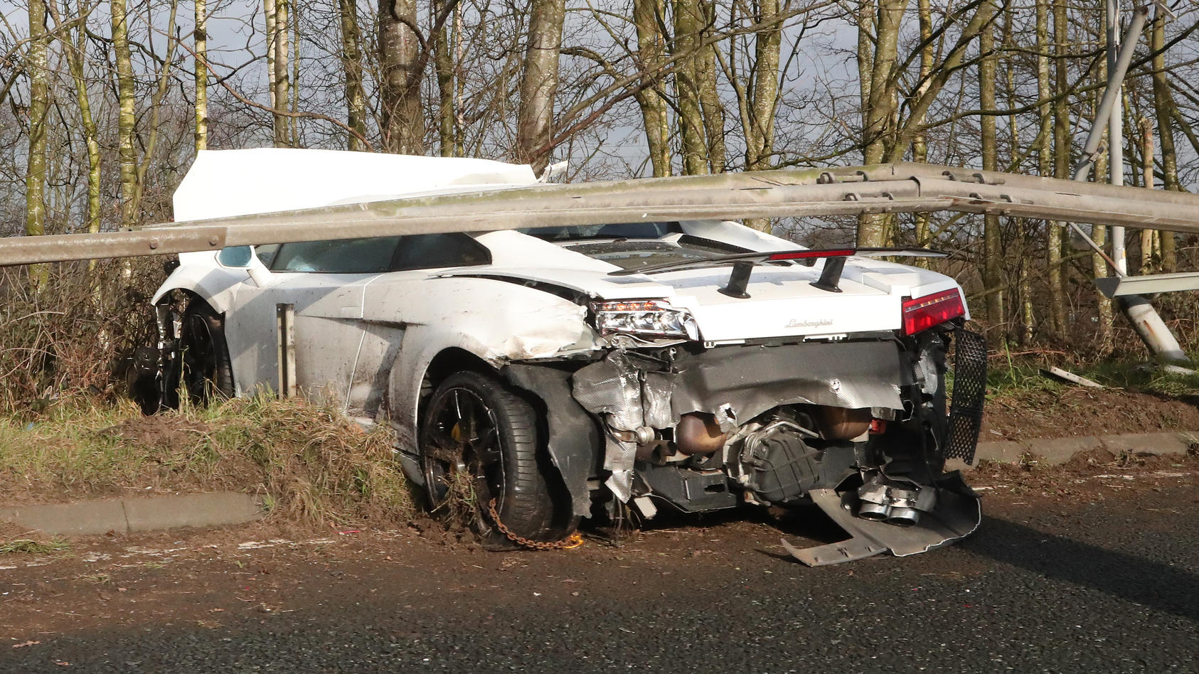 United-Keeper Sergio Romero crasht mit seinem Lamborghini, bleibt dabei aber unverletzt.