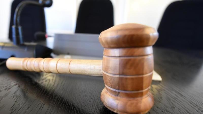 Auf der Richterbank liegt ein Richterhammer. Foto: Uli Deck/dpa/Archivbild