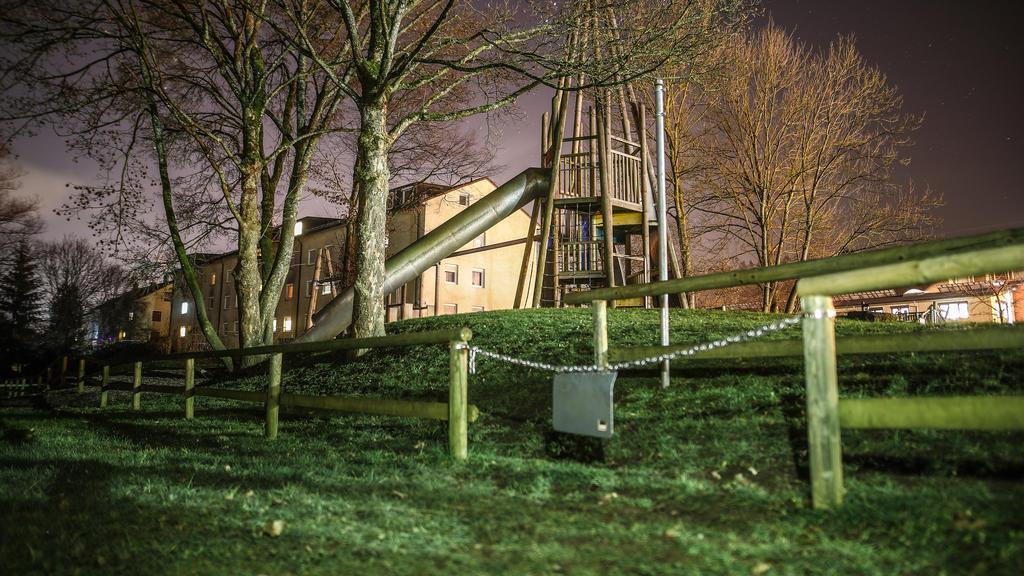 Baden-Württemberg, Schwäbisch Gmünd: Das Licht von einem Supermarkt fällt auf einen Spielplatz nahe der Rems. Ein dreijähriger Junge, der dort mit seiner Kindergartengruppe gespielt hatte, ist vermutlich in der Rems ertrunken. Foto: Chris