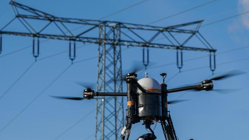 Mitnetz testet eine automatisierte Drohne für Kontrollflüge an Hochspannungsleitungen. Foto: Peter Endig/dpa-Zentralbild/ZB/