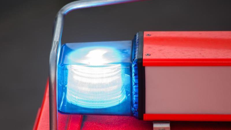Ein Löschfahrzeug der Feuerwehr steht mit eingeschaltetem Blaulicht an der Feuerwache. Foto: Daniel Bockwoldt/dpa