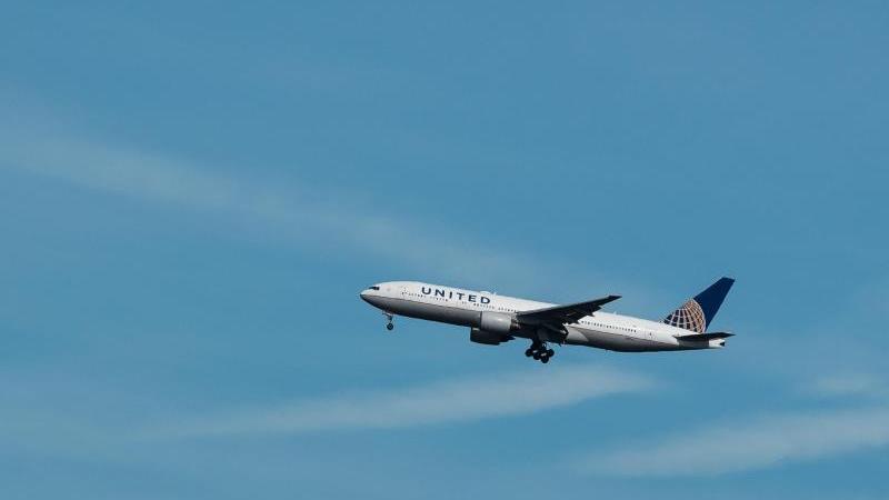 Ein Flugzeug der US-amerikanischen Linienfluggesellschaft United Airlines im Landeanflug auf den Flughafen Frankfurt. Foto: Silas Stein/dpa