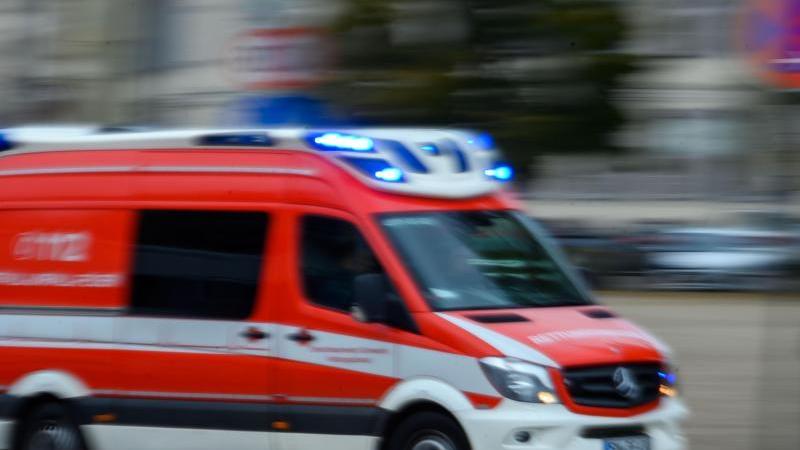 Ein Rettungsfahrzeug fährt mit Blaulicht über eine Straße. Foto: Jens Büttner/zb/dpa/Archivbild