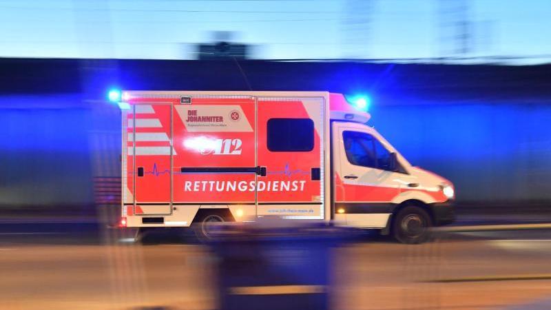Ein Rettungswagen fährt mit Blaulicht über eine Straße. Foto: Boris Roessler/dpa/Archivbild
