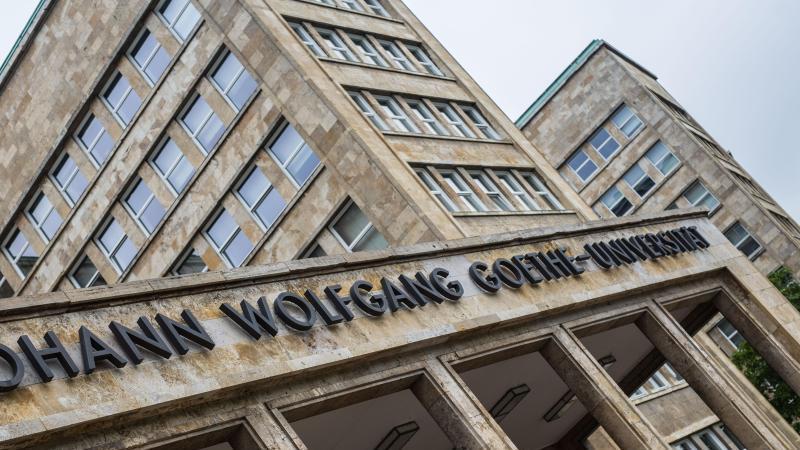 "Der Schriftzug ""Johann Wolfgang Goethe-Universität"" ist über dem Eingang zum Hauptgebäude zu lesen. Foto: Frank Rumpenhorst/dpa/Archivbild"