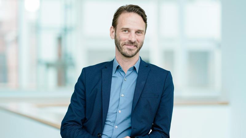 Johan Holten, neuer Direktor der Kunsthalle Mannheim, steht im Atrium der Kunsthalle vor Gemälden. Foto: Uwe Anspach/dpa/Archivbild