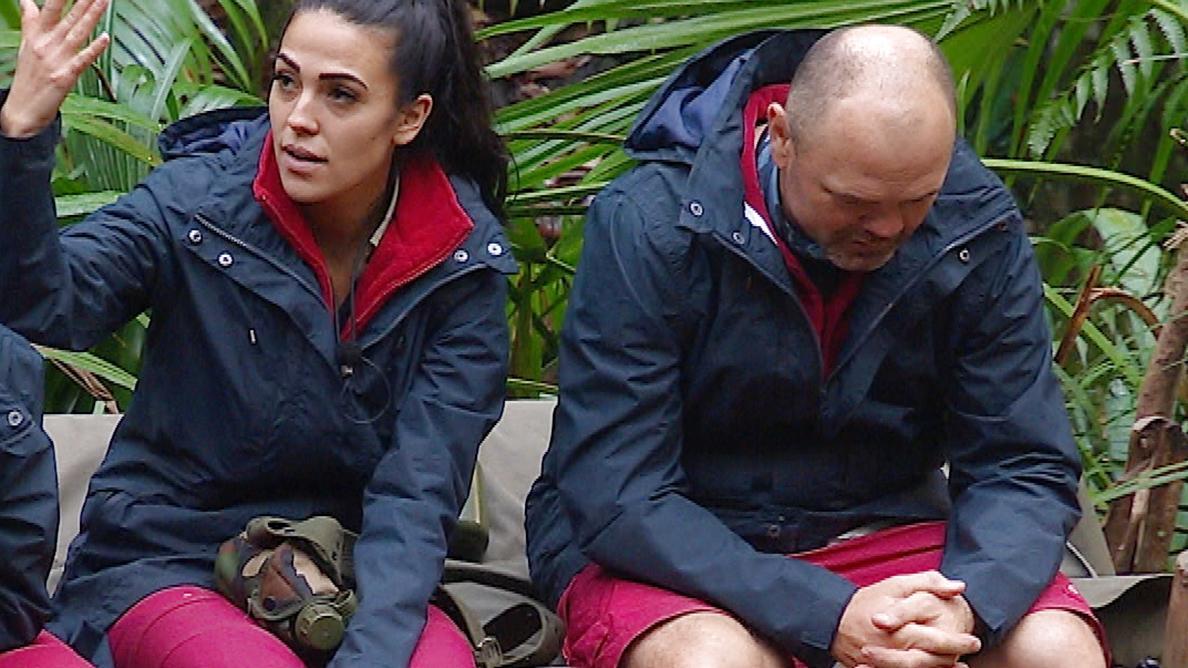 Elena Miras beklagt sich im Dschungelcamp 2020 über den schlechten Atem von Sven Ottke.