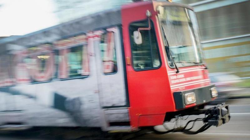 Eine Straßenbahn fährt durch Düsseldorf. Foto: Martin Gerten/dpa/Archivbild