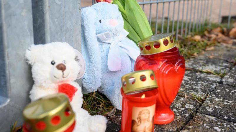 Kerzen, Blumen und Kuscheltiere stehen vor dem Eingang eines Spielplatzes nahe der Rems. Foto: Sebastian Gollnow/dpa/Archivbild