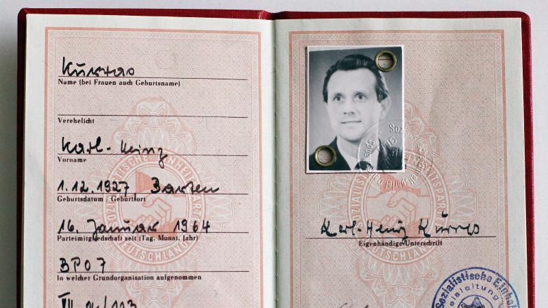 Das SED-Mitgliedsbuch des West-Berliner Polizisten Karl-Heinz Kurras. Foto: picture alliance / dpa/Archivbild