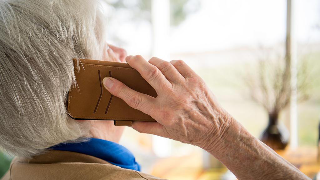 """ARCHIV - 06.03.2018, Baden-Württemberg, Mühlacker: Eine Seniorin telefoniert mit ihrem Smartphone. (zu dpa """"Enkeltrick-Betrügereien hatten 2019 erneut Konjunktur"""") Foto: Sebastian Gollnow/dpa +++ dpa-Bildfunk +++"""