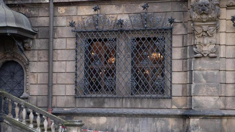Ein Absperrband vor den Gitterfenstern des Grünen Gewölbes in Dresden. Foto: Sebastian Kahnert/dpa-Zentralbild/dpa/Archivbild