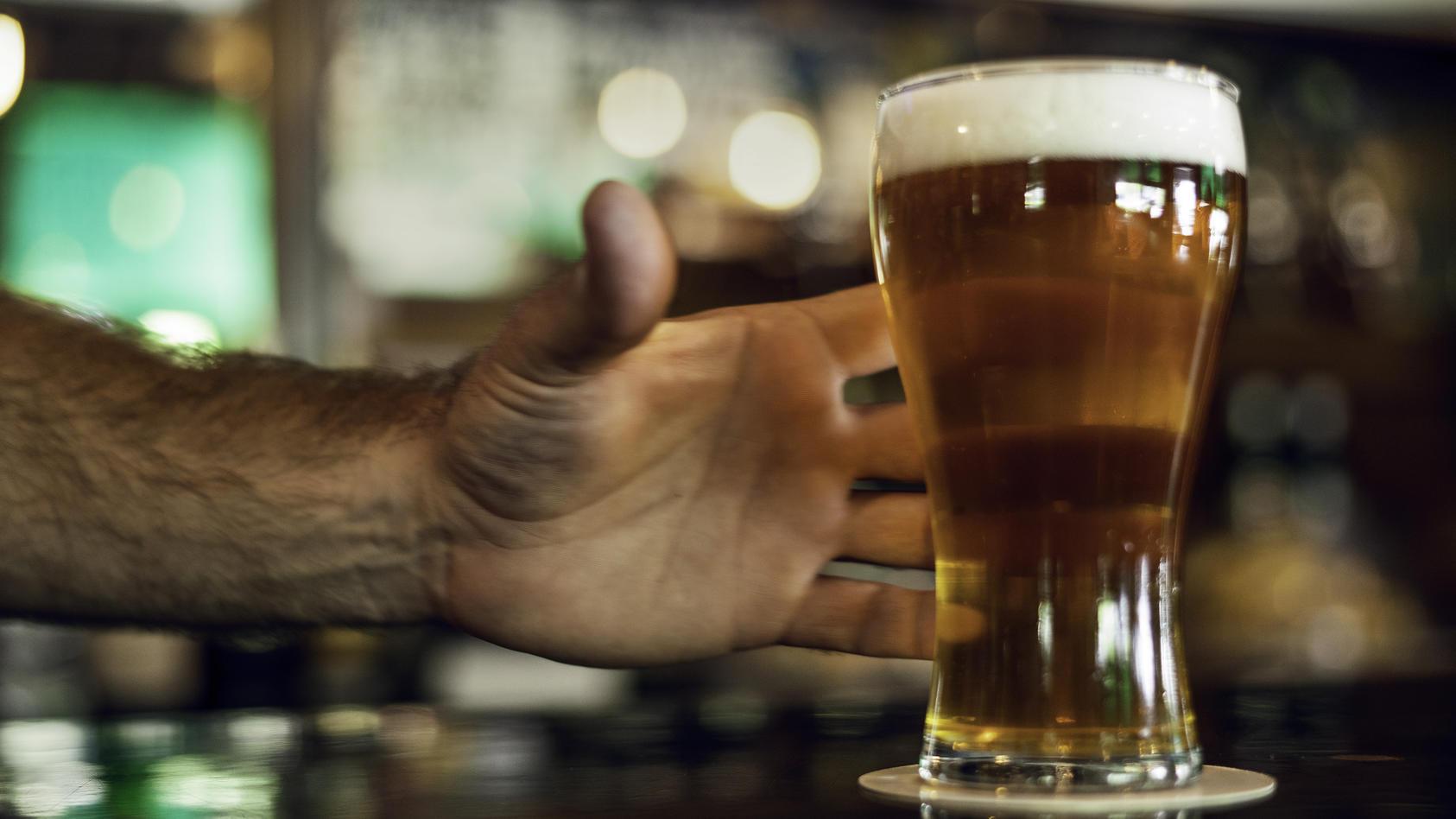 Ein betrunkener Lehrer soll Schüler belästigt haben.