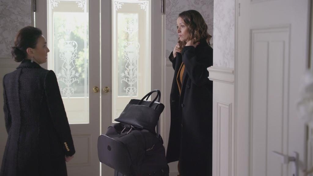 AWZ: Jenny steht mit gepackten Koffern vor Simone.