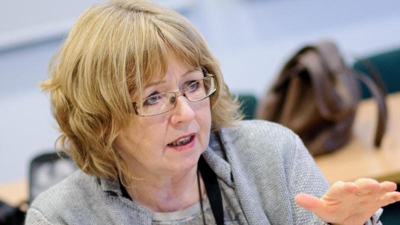 Ilona Füchtenschnieder spricht während einer Pressekonferenz. Foto: picture alliance / Tobias Kleinschmidt/dpa/Archivbild