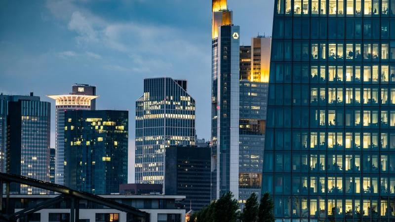 Die Europäische Zentralbank (r) und andere Banktürme in Frankfurt. Foto: Frank Rumpenhorst/dpa/Archivbild