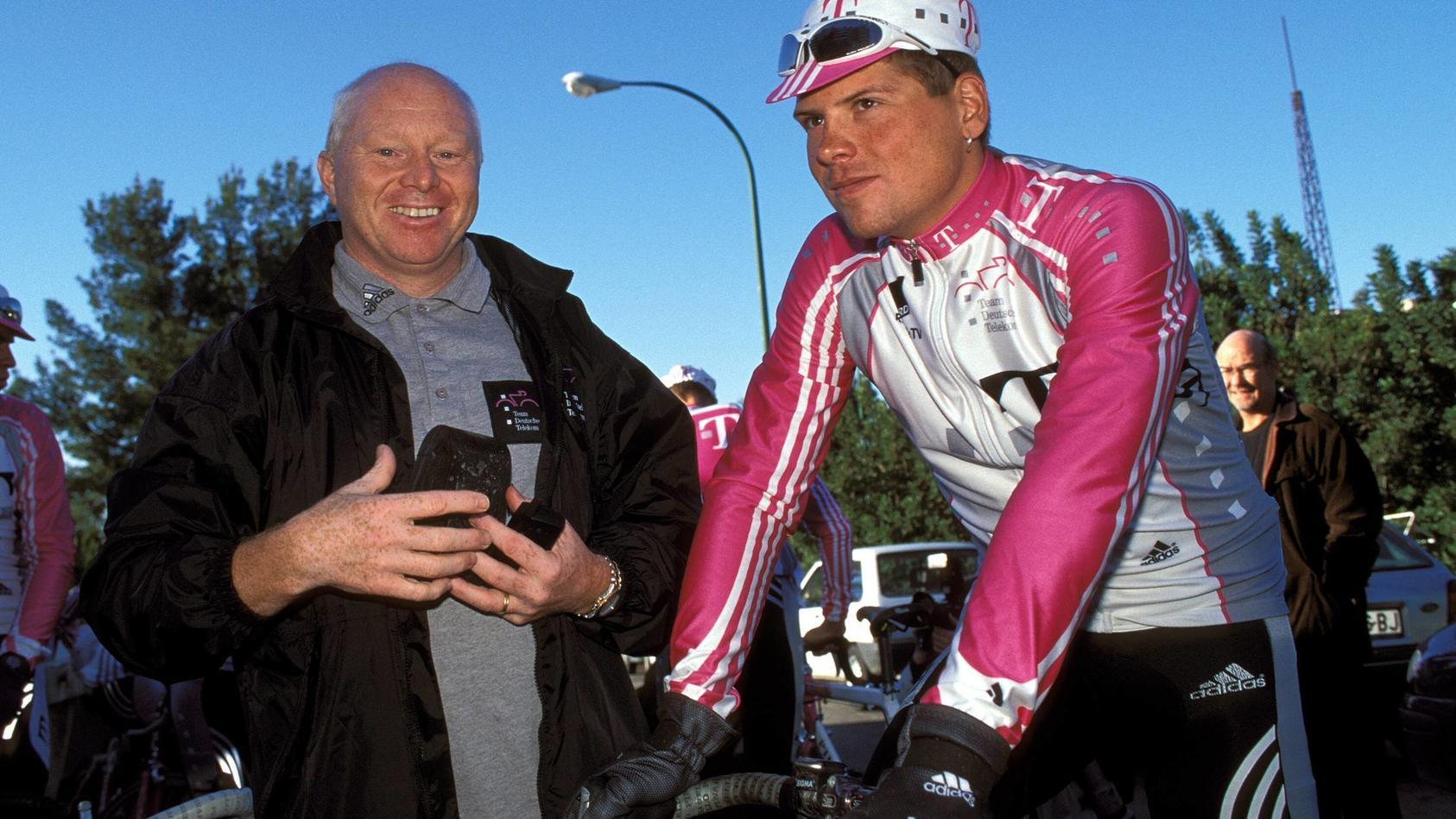 Jan Ullrich re Deutschland Team Telekom und sein sportlicher Leiter Rudy Pevenage Belgien