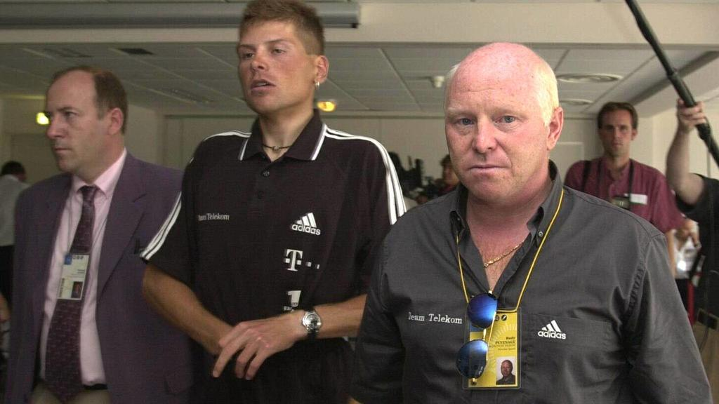 TDF06- - POITIERS, FRANCE : CYCLING TOUR DE FRANCE 2000 - German cyclist and potential winner Jan Ullrich and his assistant technical director, Belgian Rudy Pevenage, are surounded by journalist as Ullrih is going to undergo the traditional medical e