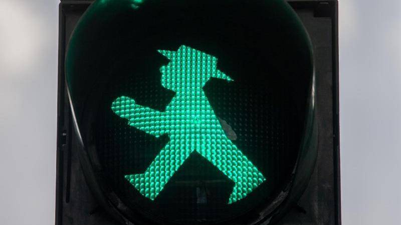 Grünes Ampelmännchen leuchtet an der Ampel. Foto: Monika Skolimowska/dpa-Zentralbild/dpa/Archivbild