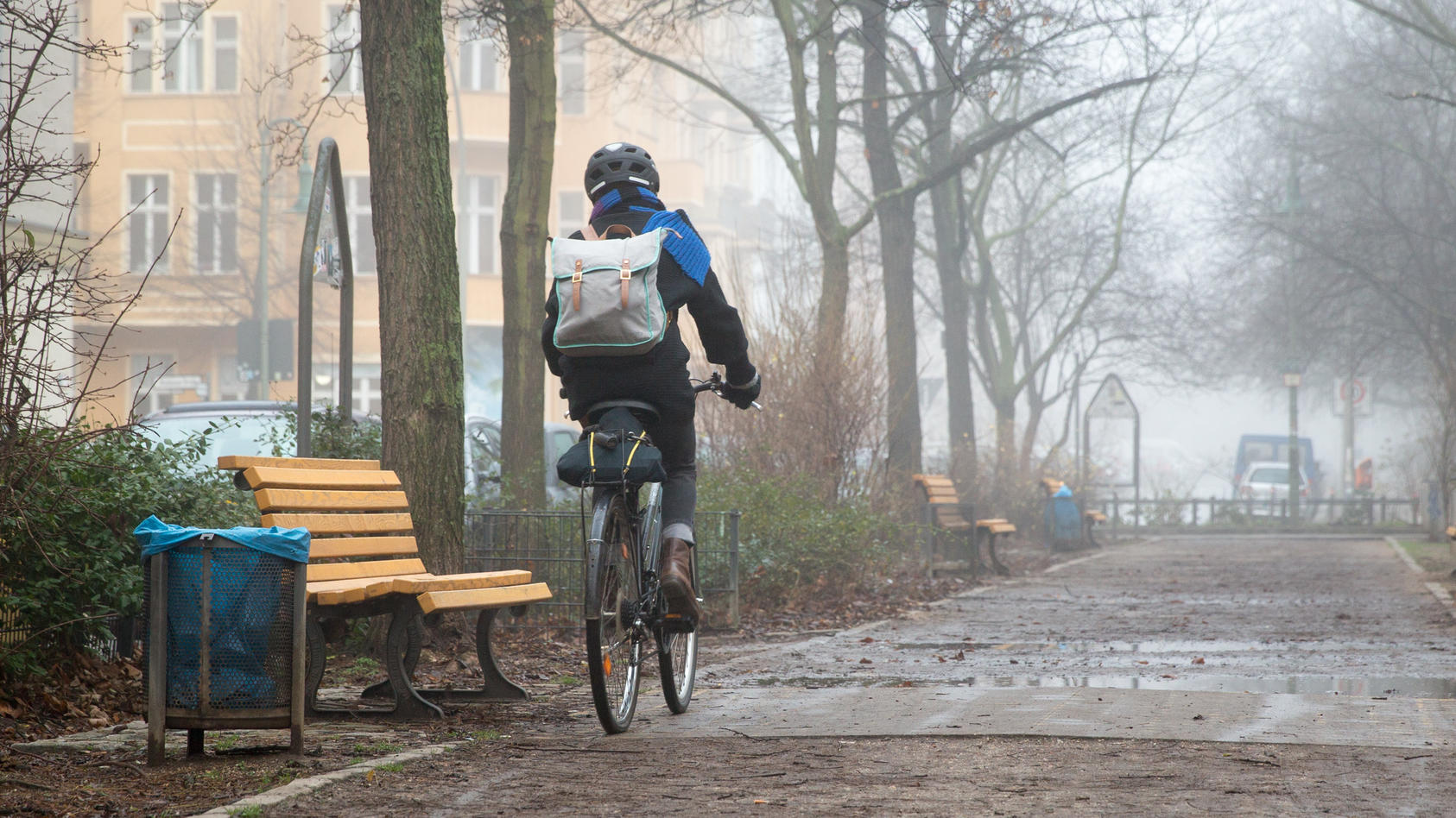 Fahrradfahrer im Nebel