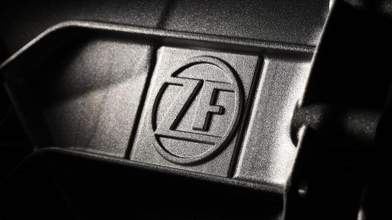 Das Logo der ZF Friedrichshafen. Foto: Felix Kästle/dpa/Archivbild