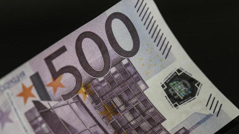 Ein gefälschter 500-Euro-Schein. Foto: Boris Roessler/dpa