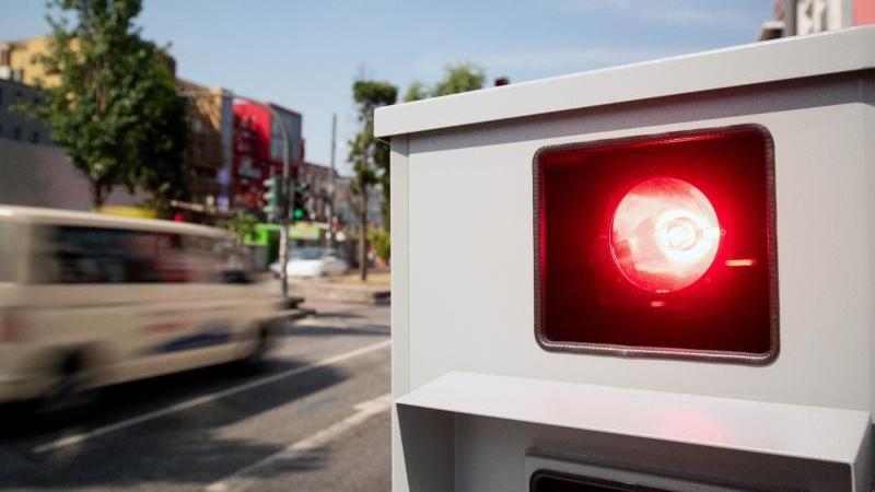 Ein Tempomessgerät steht am Straßenrand. Foto: Daniel Reinhardt/dpa/Archivbild