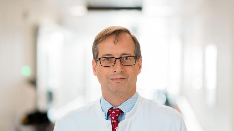 Prof. Oliver Witzke ist Direktor der Klinik für Infektiologie und des Westdeutschen Zentrums für Infektiologie der Universitätsmedizin Essen sowie Mitglied der Deutschen Gesellschaft für Infektiologie (DGI). Foto: www.frankpreuss.de/Universitätsklinikum E