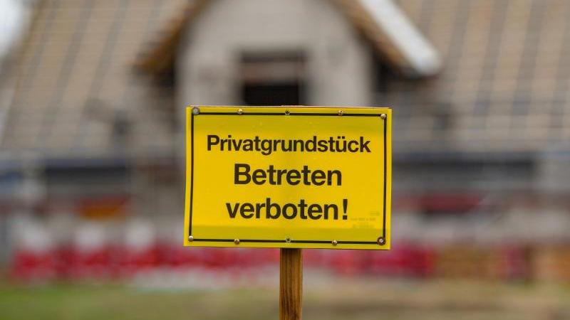 Ist das Wegerecht nicht im Grundbuch eingetragen, können Grundstückseigentümer ihren Nachbarn eine Durchquerung verwehren. Foto: Patrick Pleul/zb/dpa