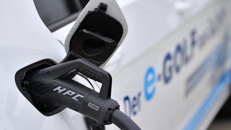 Der Betriebsrat des Autokonzerns Volkswagen hat sich für eine europaweite Quote zum Aufbau von Ladestationen für Elektroautos ausgesprochen. Foto: Martin Schutt/dpa-Zentralbild/dpa