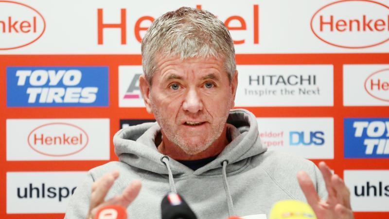 Friedhelm Funkel, Trainer von Fortuna Düsseldorf, beantwortet während der Pressekonferenz Fragen der Journlisten. Foto: Roland Weihrauch/dpa