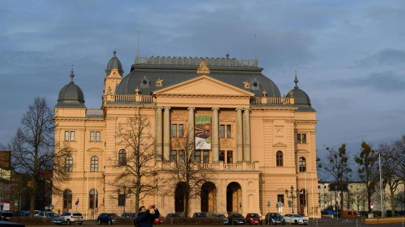 Das Mecklenburgische Staatstheater in Schwerin. . Foto: Rainer Jensen/dpa