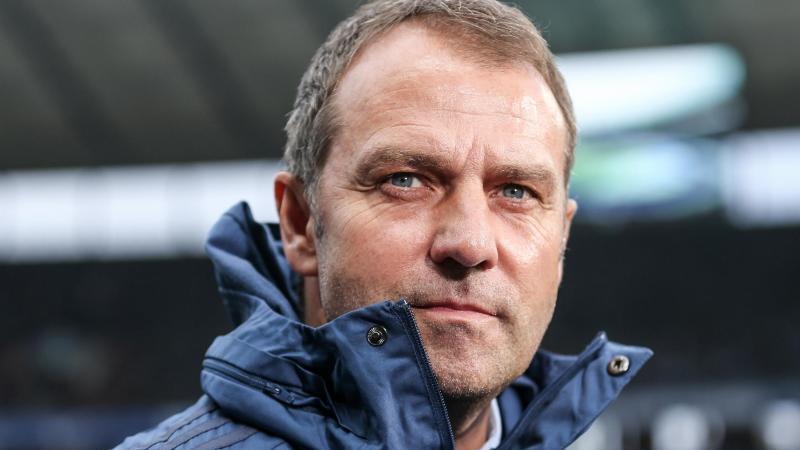 Trainer Hansi Flick von Bayern München blickt konzentriert vor Spielbeginn. Foto: Andreas Gora/dpa