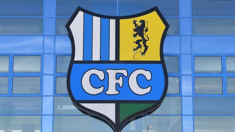 Das Vereinslogo des Chemnitzer FC ist über dem Eingang zum Stadion zu sehen. Foto: Hendrik Schmidt/zb/dpa/Archivbild