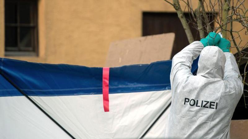 Gegen Gaffer: Nach den Schüssen in Rot am See befestigt ein Mitarbeiter der Spurensicherung einen Sichtschutz. Foto: Sebastian Gollnow/dpa