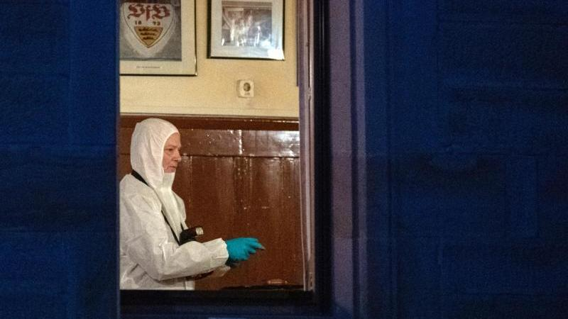 Spurensicherung im Wirtshaus: Hier wurden zwei der sechs erschossenen Menschen gefunden. Foto: Sebastian Gollnow/dpa