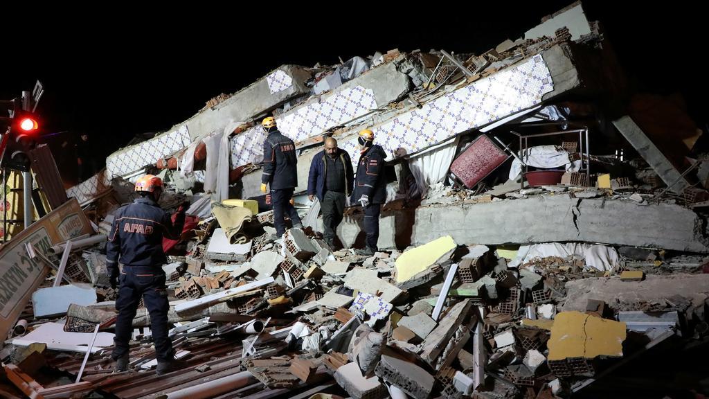 Rettungskräfte suchen in Elazig unter den Trümmern nach Vermissten.