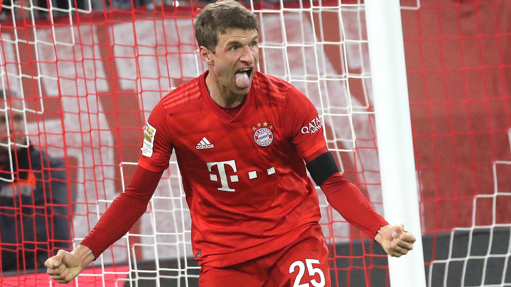 FC Bayern - Schalke 04 Thomas Müller erzielt das 2:0 für den FC Bayern und jubelt München Bayern Deutschland Allianz Ar