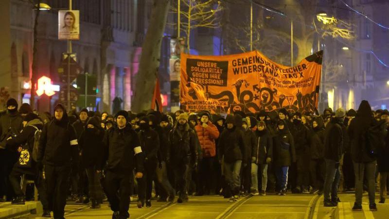 """Vor der """"Indymedia""""-Demonstration in Leipzig hatten Politik und Polizei zur Friedlichkeit gemahnt. Doch die Appelle nützten nichts."""