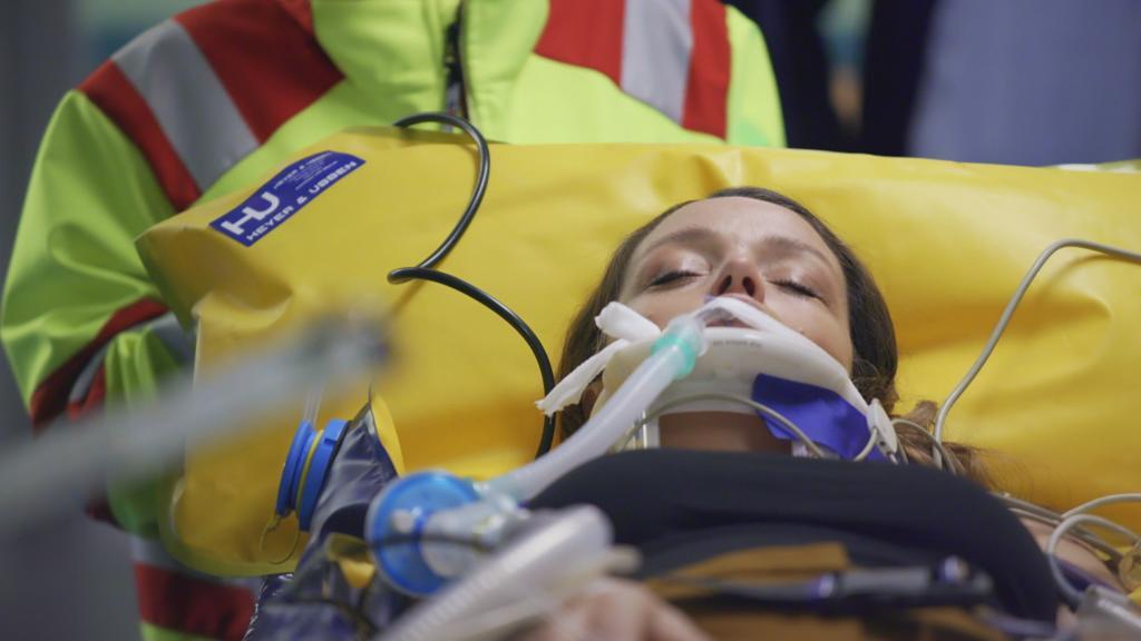 AWZ: Jenny wird ins Krankenhaus eingeliefert.